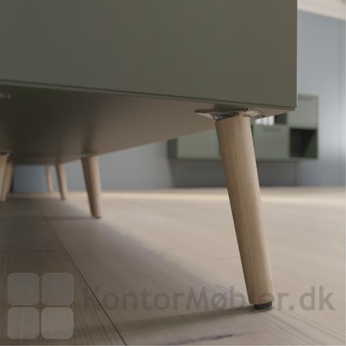 Design dit Delta skab med understel i flere varianter - her vist træben i eg