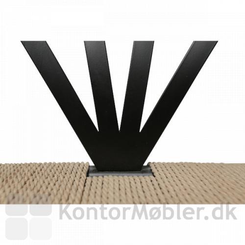 Delta stol med sæde i højkvalitets naturflet. Vifteformet ryg.