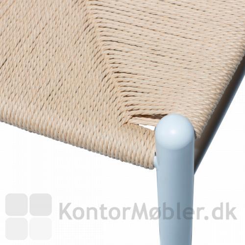 Sædet er flettet af rattan i høj kvalitet og i 3 lag, som gør det ekstra stærkt og holdbart.