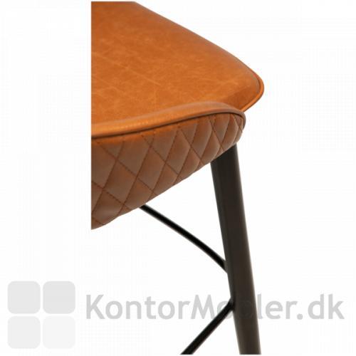 Dan-Form Dual barstol er også flot i lysebrun vintage kunstlæder. Stolen har sorte let skrånende ben.