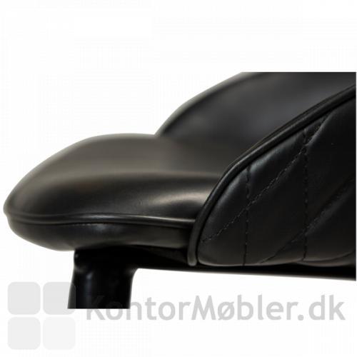 Dan-Form Dual barstol og counterstol, med det lækreste bløde og komfortable kunst læder polstring på sæde og ryg.