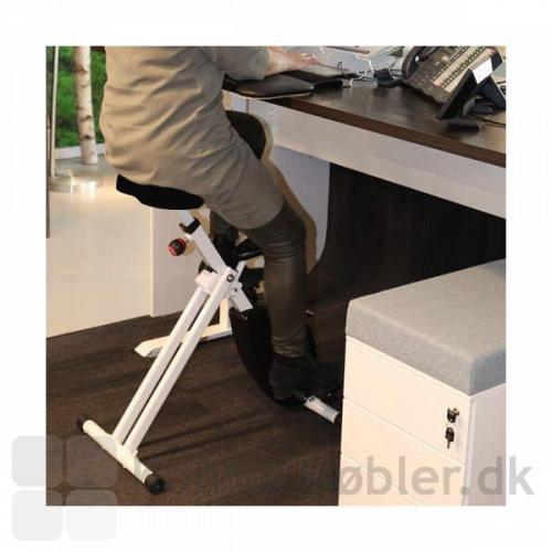 Easy Deskbike Kontorcykel har hjul under, så den nemt kan trækkes ind til bordet