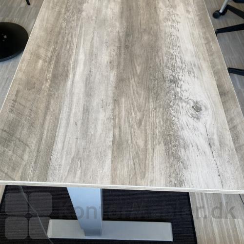 Basic hæve sænke bord med bordplade i antik røget eg