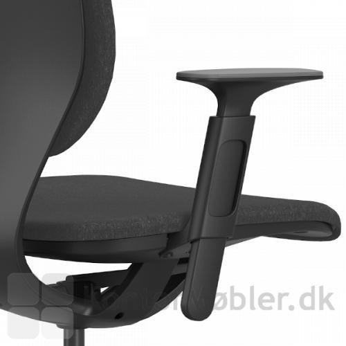 LIM kontorstol i sort med armlæn, som kan justeres for bedste komfort.