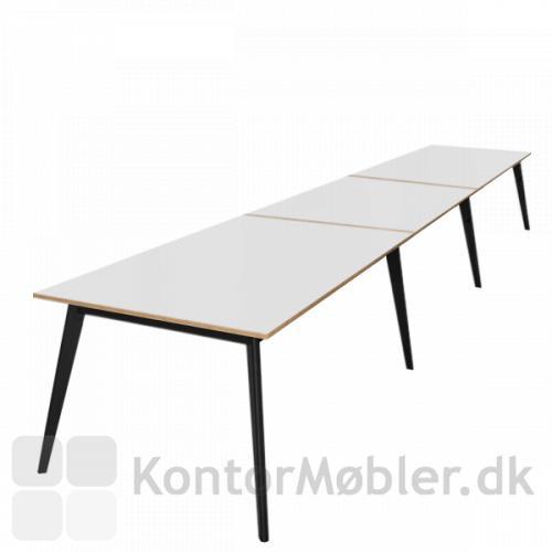 Madrid konferencebord med krydsfinerkant kan bestilles med store bordplader. Her en af de længste bordplader med 3 plader