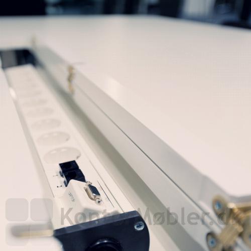 Madrid konferencebord med krydsfinerkant med dobbelt kabelklap - så er der strøm til alle mødedeltagerne