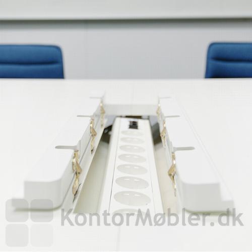Madrid konferencebord med krydsfinerkant med kabelklap til strømforsyning