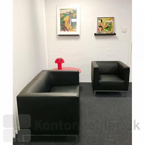 Argo loungesæt fra IF med rød Colette bordlampe fra Pedrali.