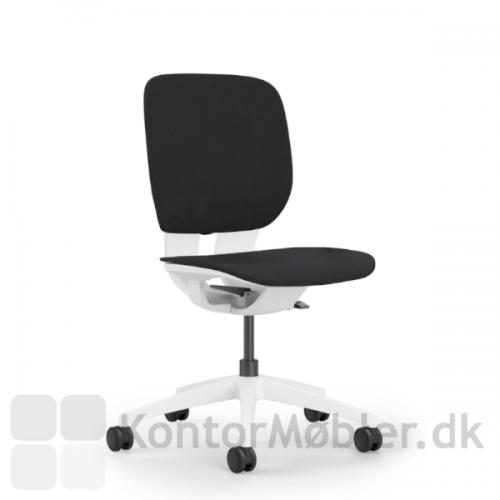 LIM kontorstol med flot hvidt stel og sort polstring.